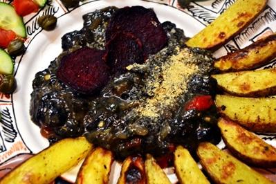 Veganský jídelníček: Opékané brambory s rozmarýnem, houbová omáčka, osmažené marinované tofu